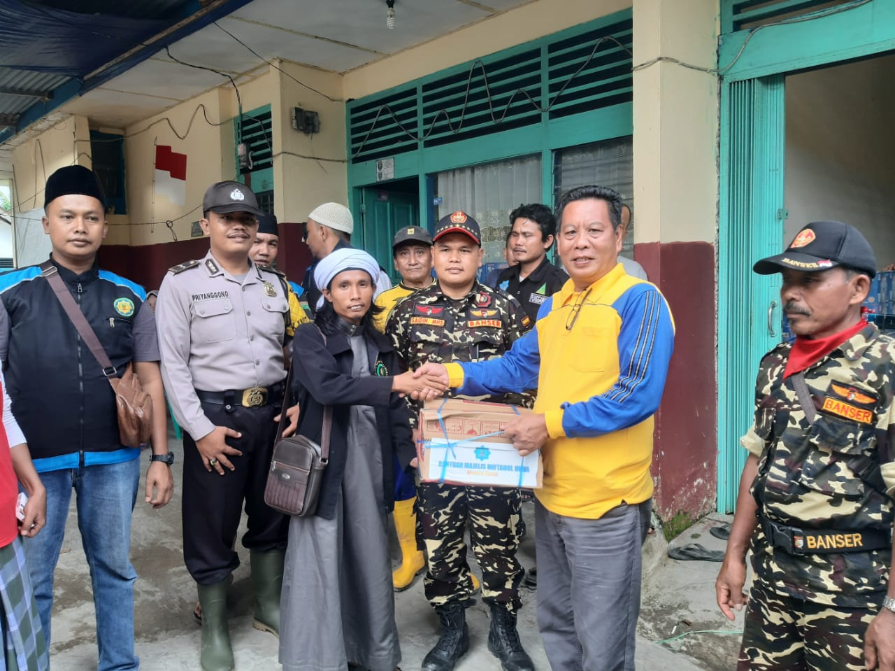 Majelis Taklim Miftahul Huda Berikan Bantuan Untuk Korban Banjir Lahat.