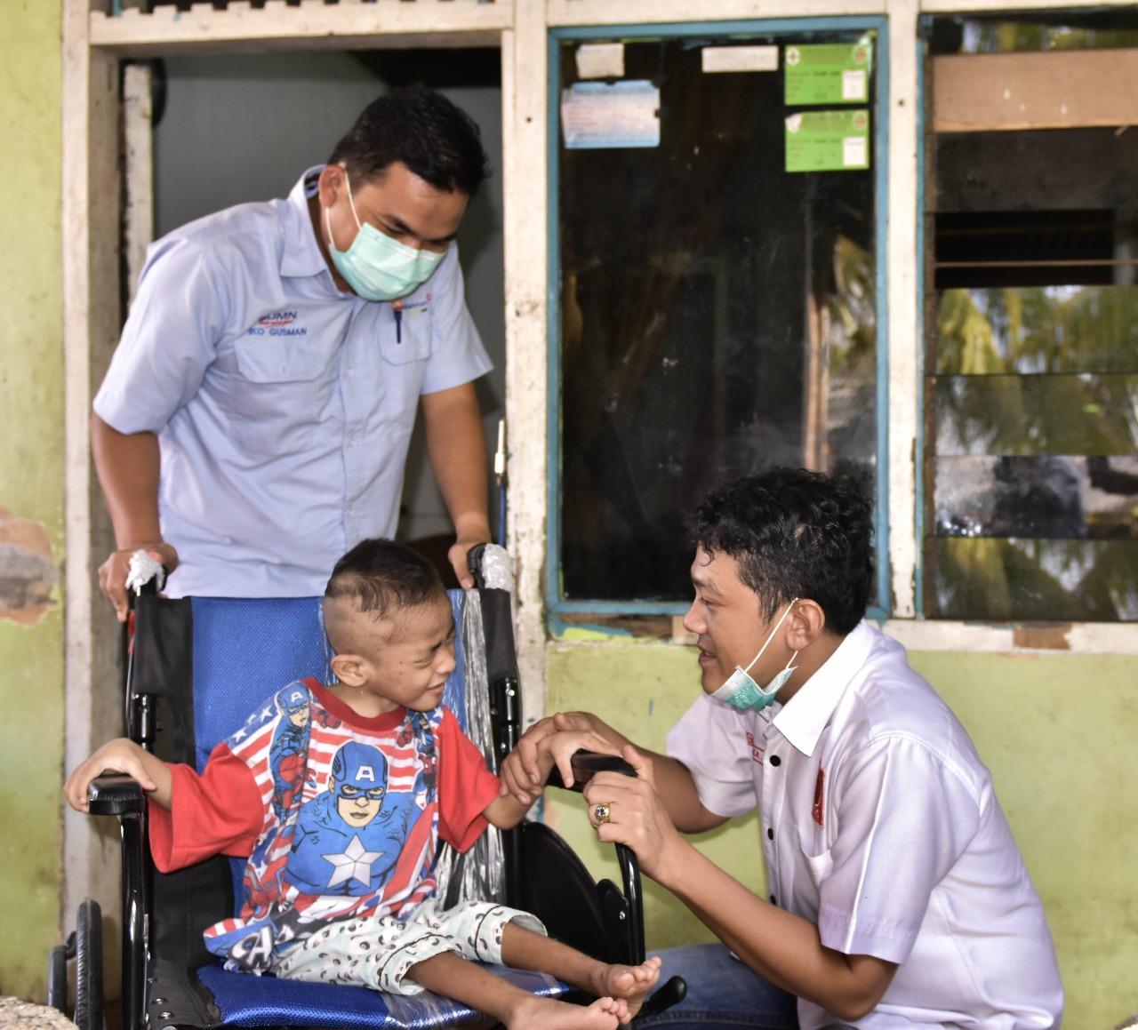 2 Senyuman Anak Difabel Saat Penerima Bantuan Kursi Roda