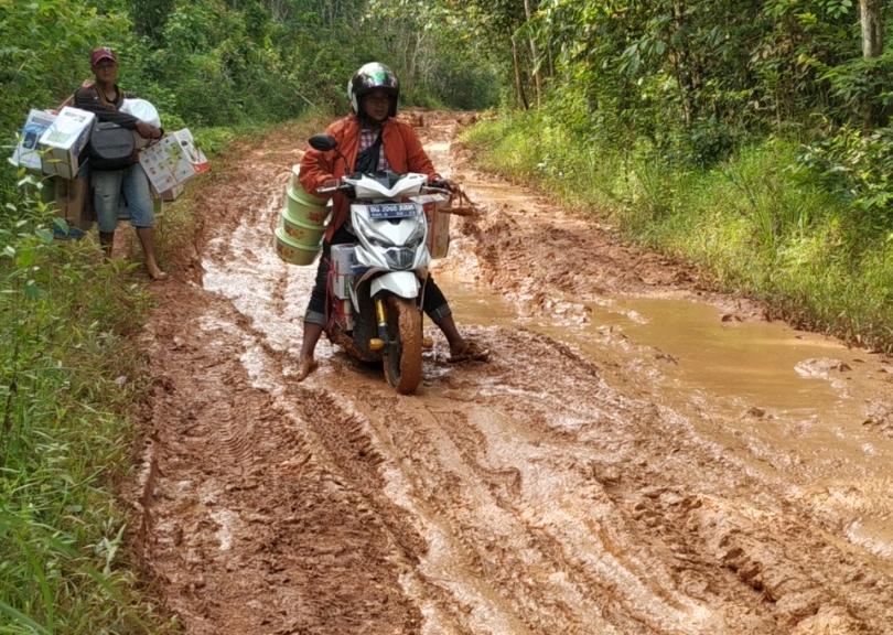 Jalan Dusun Pandan Desa Lubuk Lancang Kecamatan Suak Tape Banyuasin Rusak Parah