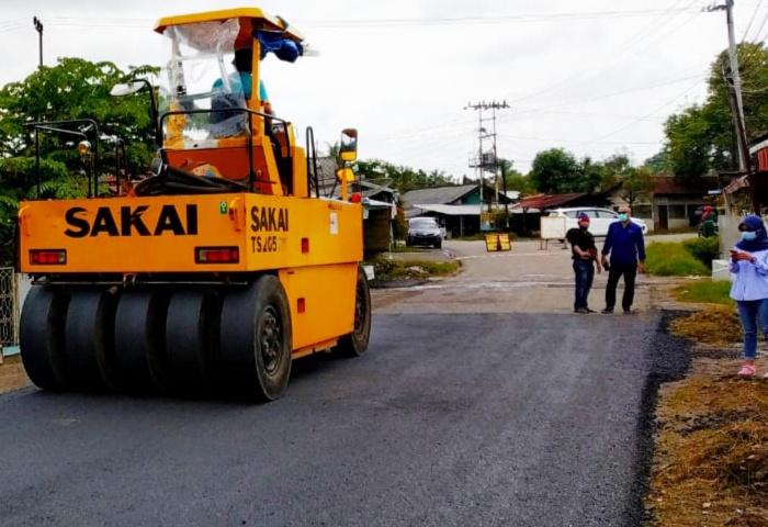 Melalui Dana CSR, PTBA Aspal Jalan Tanjung Enim Sepanjang 4,75 KM