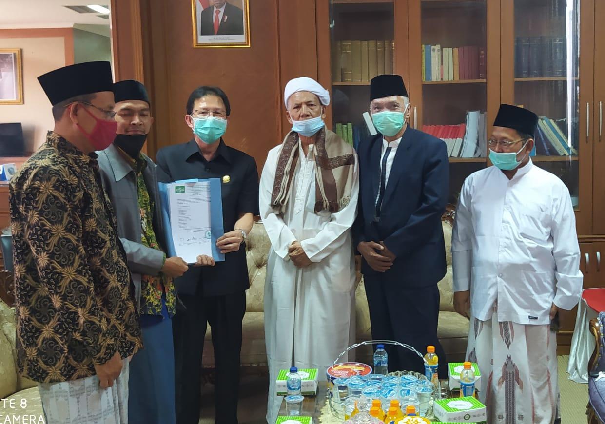 PCNU Muara Enim Serahkan Draf Raperda Pesantren Kepada DPRD