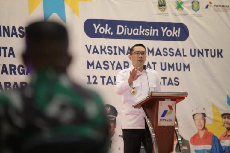 Ridwan Kamil Serahkan Bantuan Keuangan Khusus Desa, Satu BUMDes Satu Laptop
