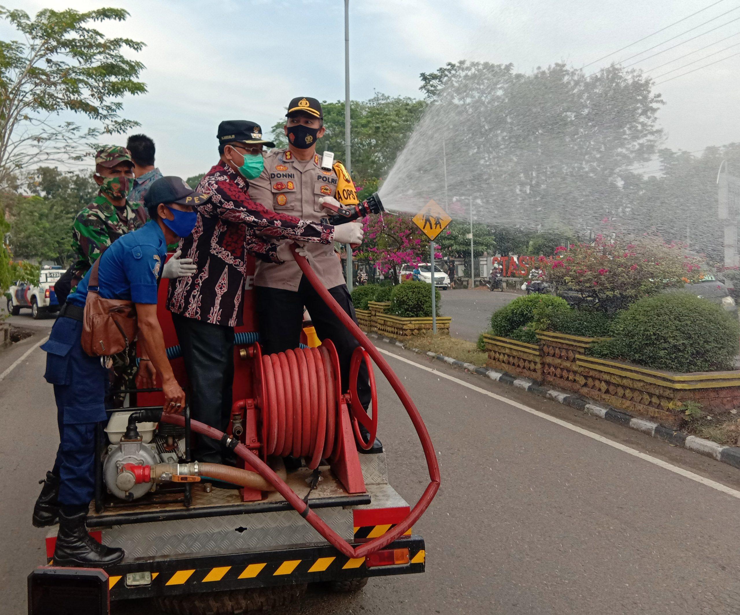 Pemkab Muara Enim melalui BPDB Lakukan Penyemporan Disinfektan Di Wilayah Zona Merah