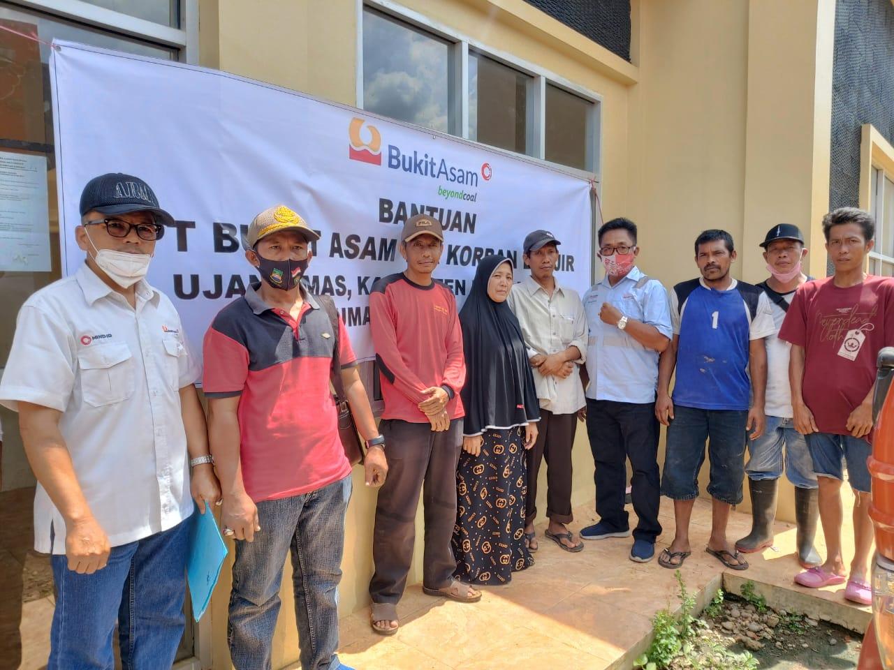 PTBA Beri Paket Sembako Untuk Korban Banjir Di Ujan Mas
