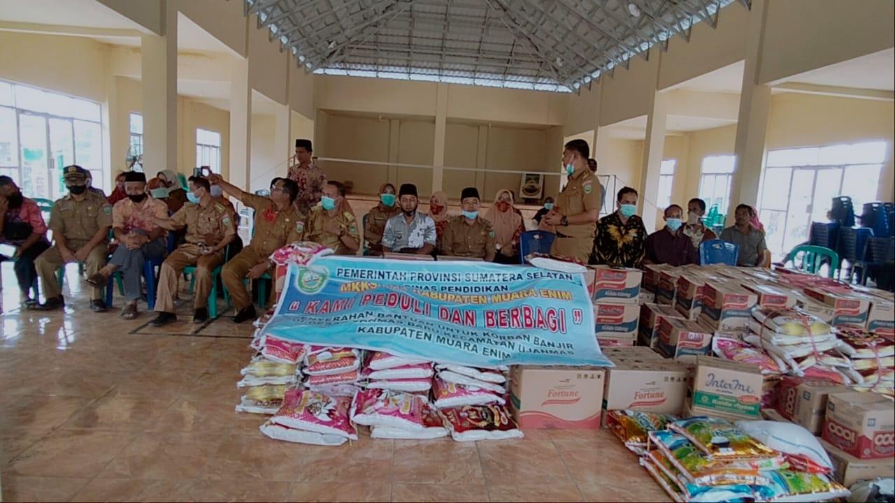 MKKS dan Dharmawanita Muara Enim Salurkan Bantuan Sembako Bagi korban Banjir Ujanmas