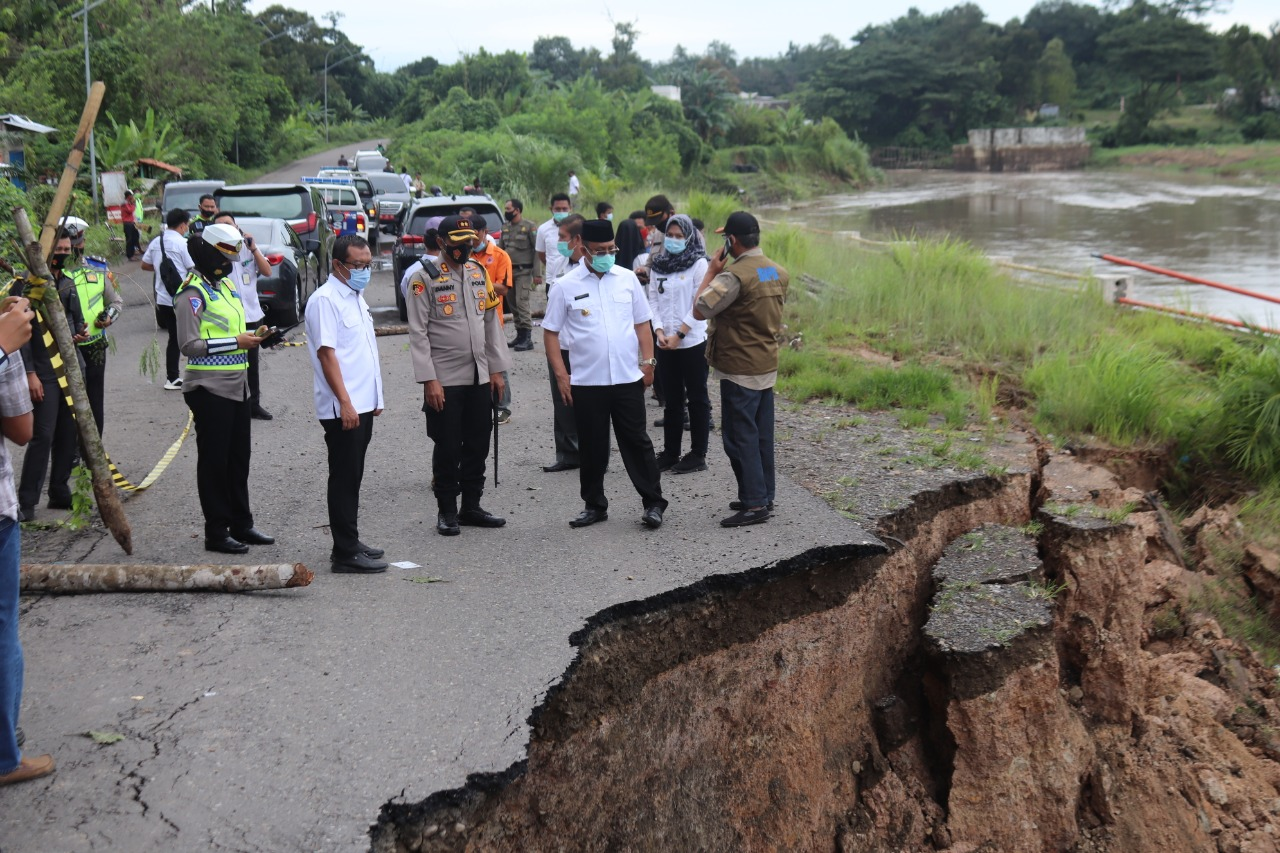 Simak Tanah Longgor Jembatan Enim III, FORKOMPINDA Muara Enim Tinjau lokasinya.