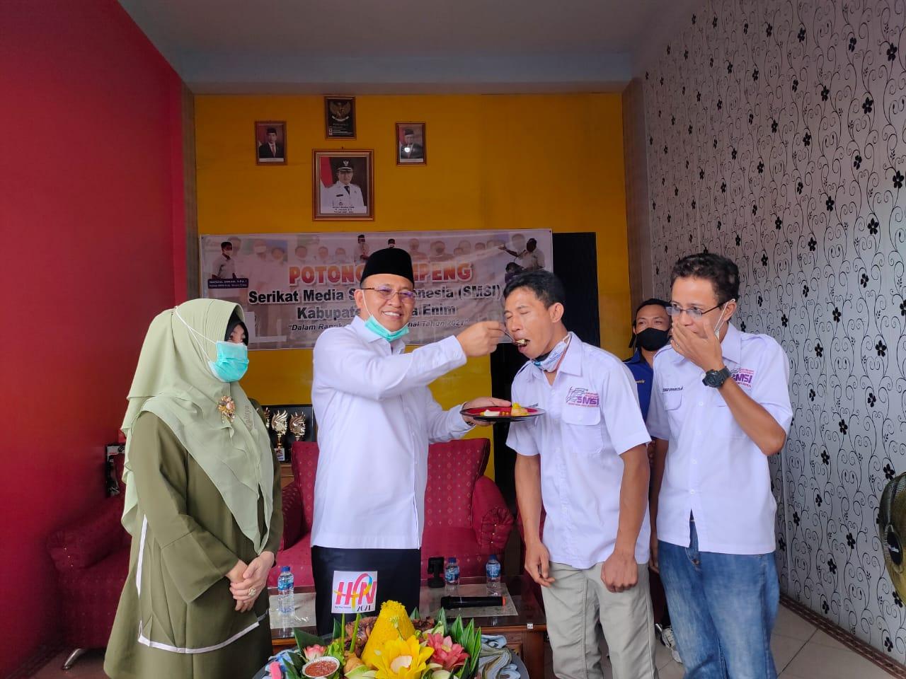 Meriah HPN Ke-75 SMSI Muara Enim Gelar Potong Tumpeng Bersama Bupati Muara Enim dan Salurkan Sembako ke Ponpes