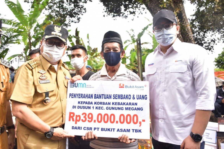 PTBA Bantu Uang dan Sembako Korban Kebakaran Di Gunung Megang