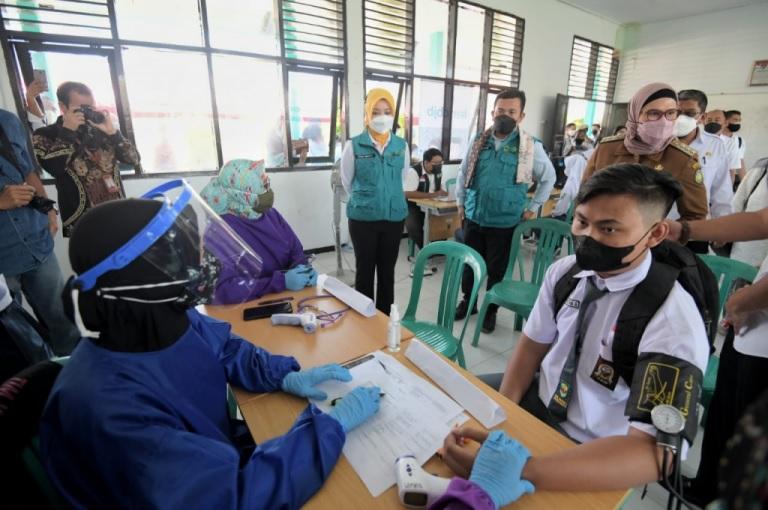 Jelang Pembelajaran Tatap Muka, Atalia Ridwan Kamil Tinjau Vaksinasi Pelajar di Indramayu