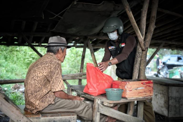 Ridwan Kamil Salurkan Bantuan kepada Warga Kabupaten Bekasi Terdampak PPKM
